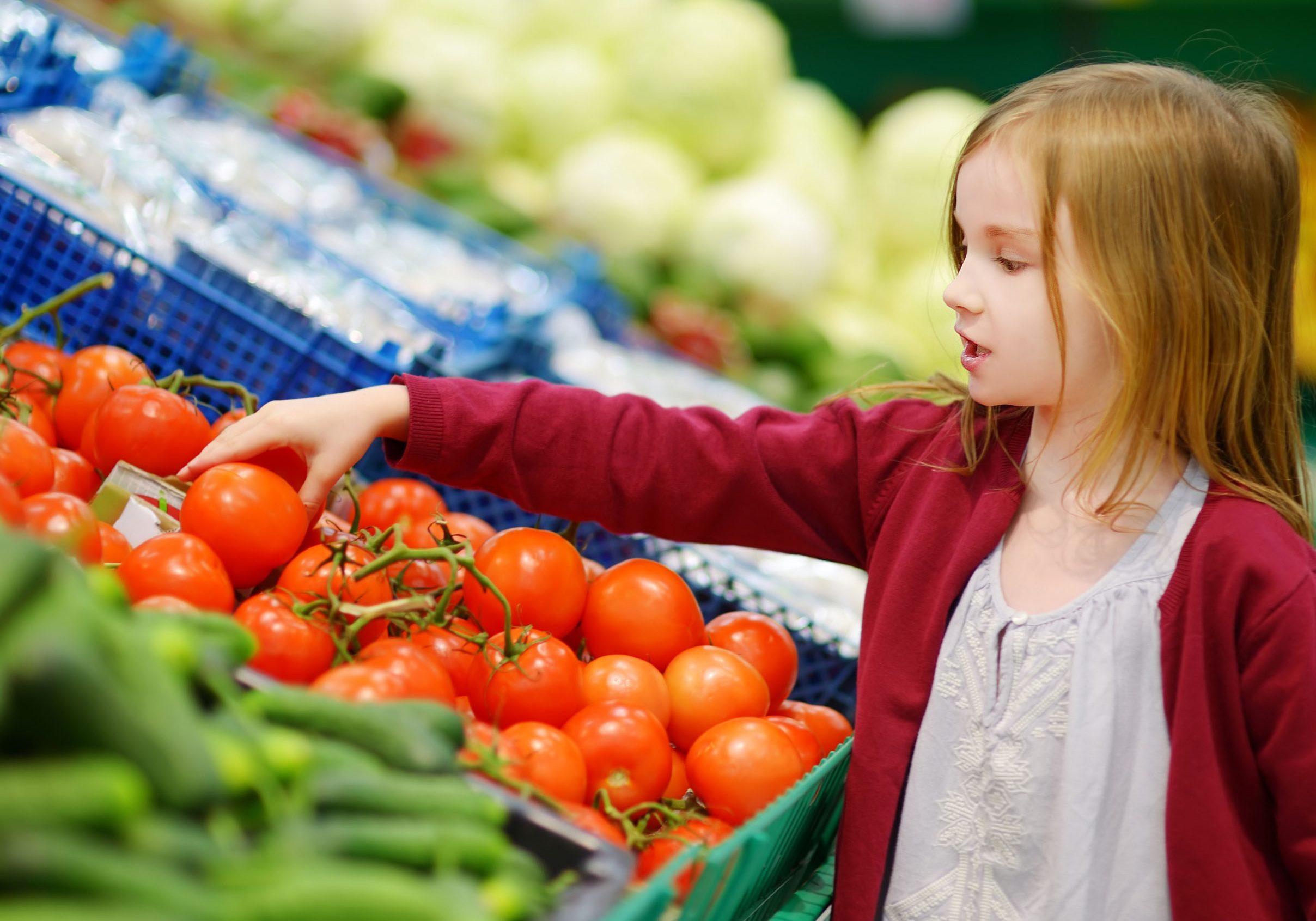 girl_selecting_produce